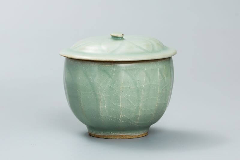 A fine and rare Song Longquan celadon bowl and cover
